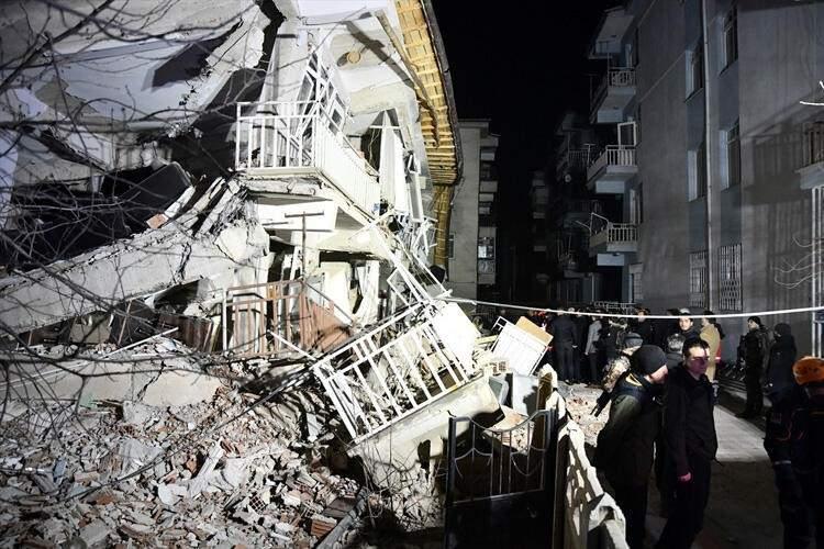 <p>Yurdun doğusunu vuran depremin ardından yıkımların meydana geldiği Elazığ ve Malatya'da enkaz kaldırma çalışmaları aralıksız sürdürülüyor. Günün ağarması ile birlikte gelen fotoğraflar yıkımın boyutunu ortaya çıkardı. İşte İşte depremin vurduğu Elazığ'dan gelen son fotoğraflar...</p>