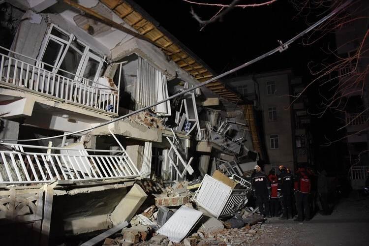 <p>AFAD'tan yapılan açıklamaya göre, saat 23.00 itibariyle, deprem sonrası AFAD koordinasyonundaki müdahale faaliyetleri ile enkazdan sağ kurtarılan kişi sayısı 44'e yükseldi. Hayatını kaybeden vatandaşların sayısı ise 29 oldu. Ayrıca, 1542 vatandaş da depremden sonra hastanelere başvurdu.</p>