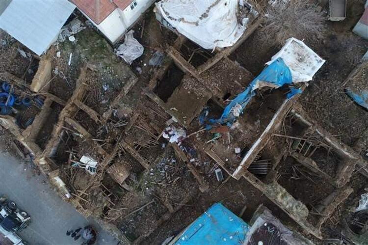<p>Doğu Anadolu fayında yaşanan depremin ardından Elazığ ve Malatya'da birçok ev yıkıldı.</p>