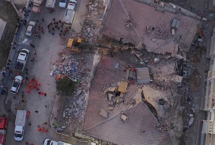 <p><strong>ENKAZDAN KURTARILANLAR HASTANELERE KALDIRILDI </strong></p>  <p>Gecenin ilerleyen saatlerde enkaz altında kalan vatandaşlar hakkında sevindirici haberler de alınmaya başlandı. Arama-kurtarma ekiplerinin çabaları sonucu enkaz altında kalan bazı vatandaşlar yaralı olarak kurtarıldı.</p>