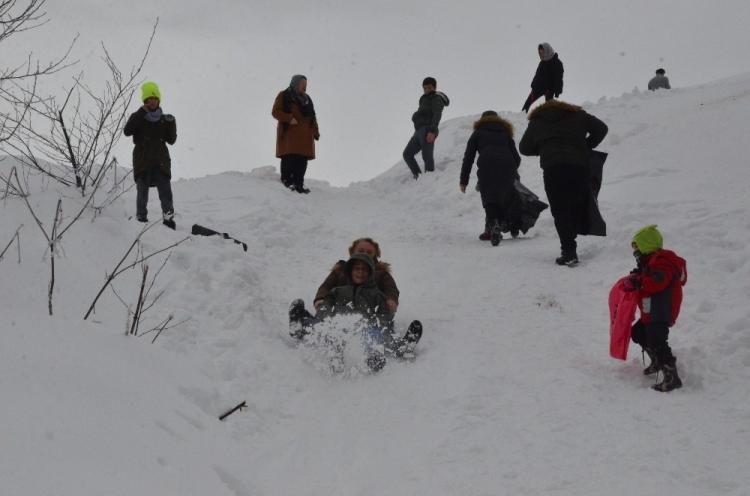 <p>Meteoroloji Genel Müdürlüğü tarafından günlerdir mega kent İstanbul için verilen son dakika uyarılarının rengi kırmızıya döndü. Meteoroloji ve İBB tarafından bugün (23 Ocak Perşembe) İstanbul, Ankara, İzmir, Antalya başta olmak üzere birçok şehir için kar yağışı, fırtına, yağmur ve sel uyarısı yapıldı. İstanbul'da kar yağışının etkili olacağı ilçeler duyuruldu. İşte yurtta beklenen hava tahmini...</p>  <p></p>