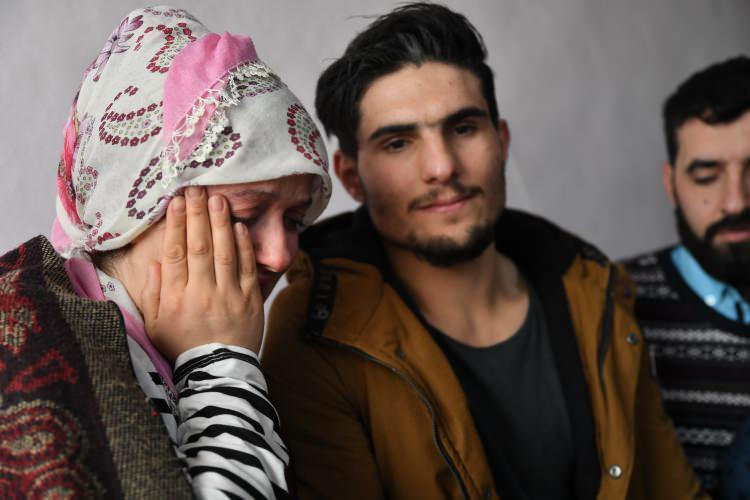 """<p>Depremin ilk günü Sürsürü Mahallesi'ndeki enkaz altından çıkarıldıktan sonra çekilen videosunda kendisini kurtaran ve sadece isminin """"Mahmud"""" olduğunu bildiği Suriyeli gence teşekkür eden Dürdane Aydın'ın, """"Onu bulacağım"""" diye seslendiği videosu sosyal medyada yankı buldu.</p>"""