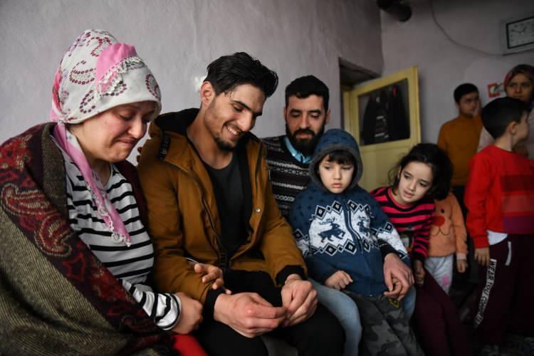 """<p>İşten çıkıp spor yapmaya gittiği sırada depremin yaşandığını belirten Mahmud, şunları dile getirdi:</p>  <p>""""Sarsıntı bitince ben de yıkılan bölgeye gittim. İnsanların sesini duydum. Sonra enkaz altından kadının ve eşinin sesini duydum. Ellerimle enkazı kaldırmaya çalıştım, çevredeki gençlerden de yardım istedim ve birlikte çalıştık. Önce adamı enkazdan çıkardık sonra kadının üzerine düşen parçaları çıkarmaya çalıştım. Kadının bacağının üzerine düşen büyük parçaları ellerimle kaldırdım, ondan sonra kadının bacakları serbest kaldı. Böyle olunca kaldırıp çıkardım. Ekipler de hastaneye götürdü.""""</p>"""