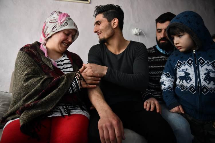 """<p>Mahmud, kol ve ellerindeki izlerin hatırlatılması üzerine """"Bendeki yaralar ağır değil. Zaten bir önemi de yok. Önemli olan onun kurtulması. Depremden sonra telefonum da kayboldu ama önemi yok. O insanların kurtulması benim için önemli. Telefonu olay yerindeyken ışık olarak kullanmış ve ablamızla eşi o telefonun ışığıyla kurtarılabileceğini anlamıştı. O yüzden bendeki yeri bambaşka."""" yanıtını verdi.</p>"""