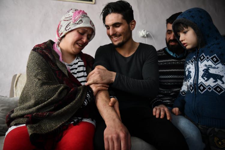 <p><strong>Duygusal buluşma</strong></p>  <p>Suriyeli Mahmud'un aileyle buluşma talebi üzerine AA ekibi enkazdan yaralı kurtulan Dürdane ve Zülküf Aydın çiftine ulaştı.</p>
