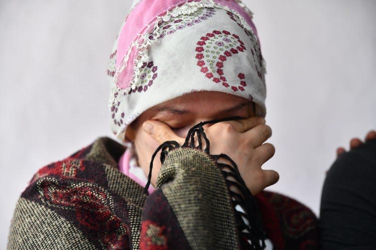 """<p>Dürdane Aydın, Mahmud'un fotoğraflarını göstererek teyit etmek isteyen AA ekiplerine, """"Beni kurtaran bu çocuk. O gözlerini unutamam. Bizi buluşturun."""" demesi üzerine Suriyeli Mahmud, Aydın ailesinin köydeki evine geldi.</p>"""