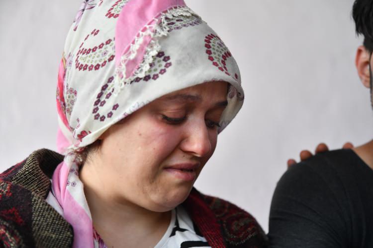 """<p>Karşısında """"Kahramanımızsın"""" diye nitelendirdiği Mahmud'u görür görmez gözyaşlarına hakim olamayan Dürdane Aydın, Mahmud'a sarılıp hıçkırıklara boğuldu.</p>"""