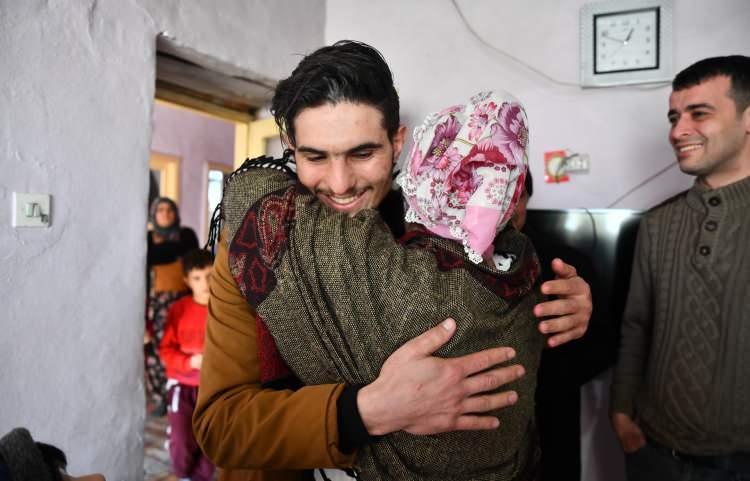 """<p>Mahmud'un annesinin Suriye'de yaşadığını öğrenince """"Sen hiç üzülme. Ben artık senin hem annenim hem de kardeşin. Seni artık bırakmam."""" diyerek sarıldı.</p>"""