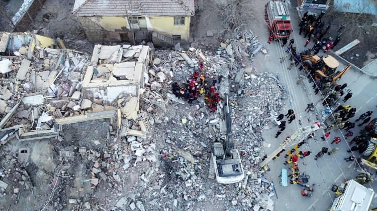 """<p><span style=""""color:rgb(215, 215, 215)"""">AFAD'dan Sivrice'de meydana gelen 6.8 büyüklüğündeki deprem sonrası 184 artçı deprem kaydedildiği bildirildi.</span></p>  <p></p>"""