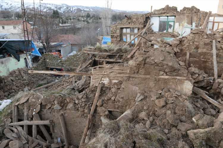 """<p><span style=""""color:rgb(215, 215, 215)"""">Elazığ'da 20:55'te 6.8 büyüklüğünde ve 21:08'te 5.4 büyüklüğünde deprem meydana geldi. Şiddetli deprem Diyarbakır başta olmak üzere Batman, Şanlıurfa ve Mardin'de de hissedildi. Elazığ ve Malatya'da bir çok bina yıkıldı. Yıkımın boyutu gün ağarınca ortaya çıktı</span></p>  <p></p>"""