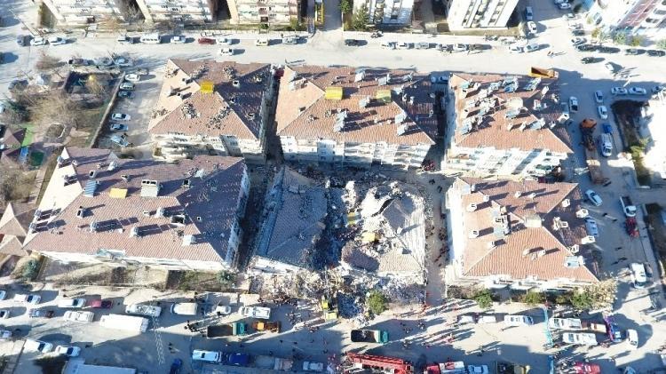"""<p><span style=""""color:rgb(215, 215, 215)"""">Cumhurbaşkanı Erdoğan depremle ilgili """"Çevre ve Şehircilik, İçişleri ve Sağlık Bakanlarımızı bölgeye gönderdik"""" ifadelerini kullandı. İçişleri Bakanı Süleyman Soylu, Çevre ve Şehircilik Bakanı Murat Kurum ve Sağlık Bakanı Fahrettin Koca afet bölgesinde.</span></p>  <p></p>"""