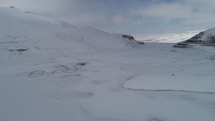 """<p>Doğa Fotoğrafçısı Şahin Aslan, """"Kışın çetin geçtiği Zernek Barajı'nın yüzeyi tamamen buz tutmuş durumda. Burası 50 bin metrekare alan üzerinde bir yer. Baraj aynı zamanda bölgedeki balıkçılar için de geçim kaydağı. Burada yılda bin ton balık üretimi yapılıyor. Üretilen balıklar Van merkez ve çevre 5 kente satılıyor. Burası kış mevsimi ile birlikte seyrine duyum olmayan bir manzara da sunuyor"""" dedi.</p>"""