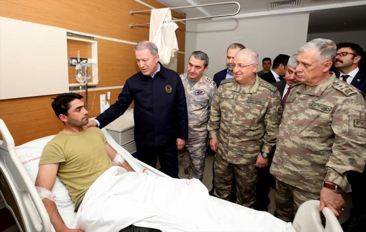 <p>Milli Savunma Bakanı Hulusi Akar, beraberinde Genelkurmay Başkanı Orgeneral Yaşar Güler, Kara Kuvvetleri Komutanı Orgeneral Ümit Dündar, Hava Kuvvetleri Komutanı Orgeneral Hasan Küçükakyüz ile sınır hattındaki birliklerdeki incelemelerinin ardından Hatay Devlet Hastanesi'ne geçerek İdlib'deki saldırıda yaralanan askerleri ziyaret etti.</p>