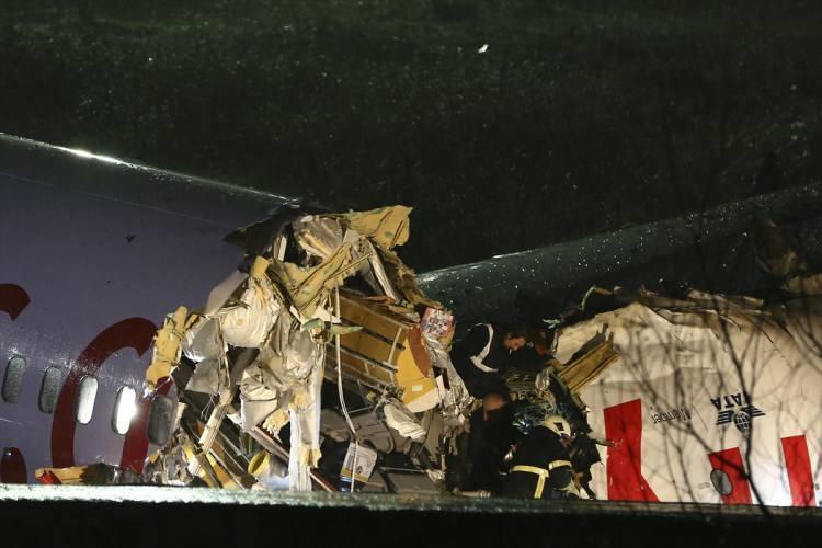 <p>İstanbul Sabiha Gökçen Havalimanı'nda bir uçak pistten çıktı. İzmir-İstanbul seferini yaptığı öğrenilen uçakla ilgili gelen ilk görüntülerde uçağın üç parçaya bölündüğü görüldü. Kazaya ait fotoğraflara ulaşıldı.</p>