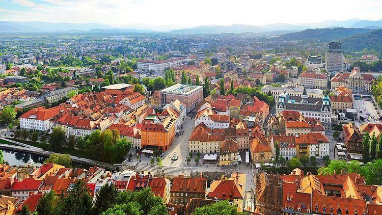 <p>Güney Avrupa'nın merkezinde bulunan masalsı diyarlara yol alıyoruz. Slovenya, çevresi nehirler ve yeşilliklerle çevrili bir ülke. Bu özelliklerine bir de Barok ve Roma mimarisinin harika eserleri eklenince, masallardan fırlamış sahneleri andıran bu yer çıkıyor karşımıza.</p>  <p></p>