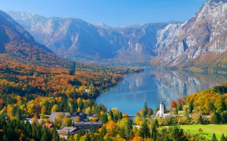 <p>Her ne kadar kalabalık bir yapısı bulunsa da bu kent, arka planda yükselen yeşilliklerin arasında kurulu. Kentin hemen her yerinde bulunan parklar, bahçeler ve ormanlar, sakin ve rahat bir tatil yapabilmenize olanak sağlıyor. Bu özelliği ile Ljubjana, Avrupa'da huzurun adresi olarak kabul ediliyor.</p>