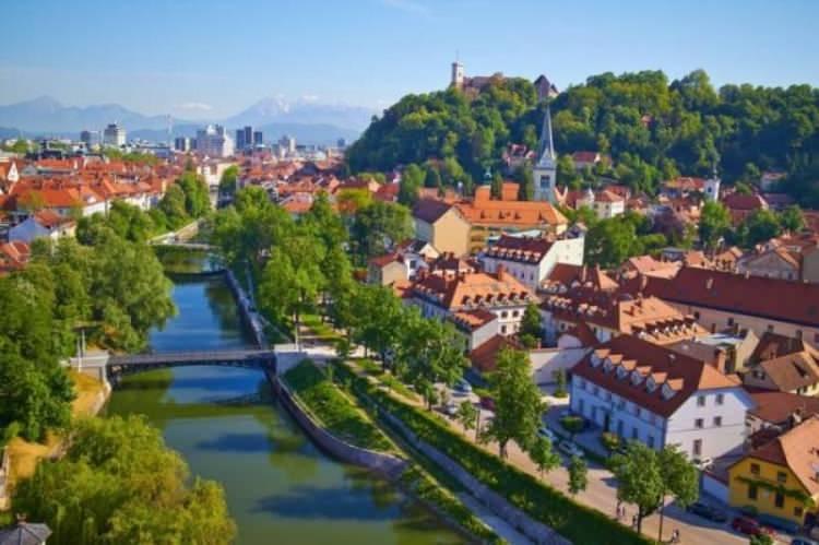 <p>Orta Çağ denilince akla hep Avrupa ülkeleri gelir. İngiltere, Almanya gibi. Her ne kadar oraya gidenler izlerin halen etkisini sürdürdüğünü söylese de, Slovenya'ya gelmeden kararınızı vermeyin deriz. Küçük bir şehir olmasıyla bilinen BaşkentLjubljana, başlı başına bir Orta Çağ kasabasını andırıyor. Taş köprüler, Barok mimarisi ve karakteristik yapılar, Orta Çağ'ın sahnelerini aratmıyor. Özellikle meydana kurulan pazarlar, tam olarak bu duyguyu hissettiriyor.</p>