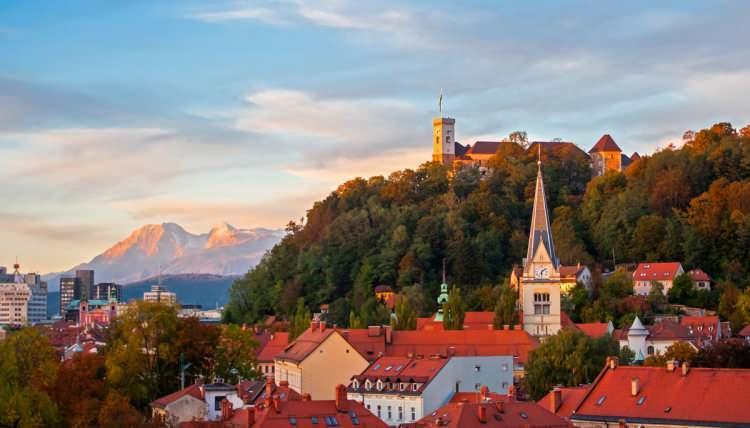 <p>Avrupa'da görebileceğiniz en yeşil ülkelerden biri olanSlovenya'nın doğa harikası olarak denilebilecek bir bölgesi bulunuyor. İsmi Bled. Ülkeninkuzey batısındaki yukarı Carniola bölgesinde bulunan bu küçük ama güzel yer, turistlerin popüler uğrak noktası. Sebebiyse bölgenin bir doğa harikası olması.</p>