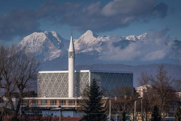 <p>Slovenya'nın başkenti Ljubljana'da inşa edilen ve ülkedeki minareli tekcamiolma özelliği taşıyan Ljubljana Camisi ve İslam Kültür Merkezi haziranda ibadete açılacak.</p>