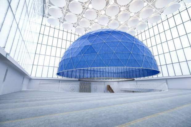 <p>1400 kişi kapasitesi bulunan caminin inşası, yaklaşık 34 milyon avroya mal oldu. Katar'ın desteğiyle inşa edilen caminin yapımında Türkiye Diyanet Vakfı (TDV) da önemli katkılar sağladı.</p>