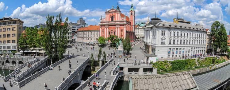 <p>Slovenya'da gezilecek yerlerden bahsettikten sonra ülke hakkında kısa kültürel bilgiler vermeden geçmek olmaz.</p>  <p></p>  <p><em><strong>-Sloven mutfağı komşuları olanAvusturya'nın elmalı turtası veViyana'nın sosis şnitzelinden, İtalya'nın risotto ve raviolisinden veMacargulaşından oldukça etkilenmiştir. Buraya gittiğinizde helal lokantalarda aradığınız lezzeti bulabilirsiniz. Denemeden gelmeyin!</strong></em></p>