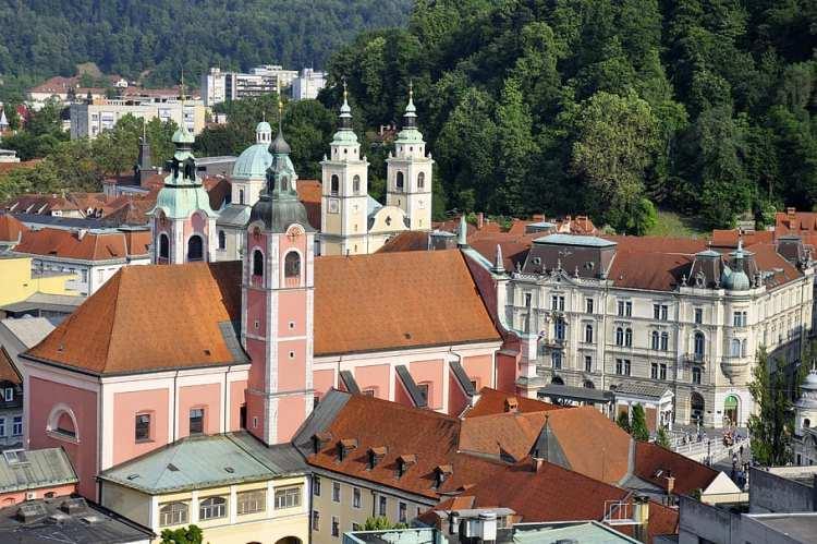 <p><em><strong>-Slovenya'ya gitmeyi planlıyor, ancak ne zaman gideceğim diye düşünüyorsanız eğer bu sorunun cevabı kesinlikle bahar ayları. Havaların ısınmaya başlaması ile bölgede ağaçlar çiçek açıyor, yeşeriyor ve bambaşka bir görünüme kavuşuyor. Baharda Ljubljana'yı kesinlikle görmelisiniz!</strong></em></p>  <p></p>