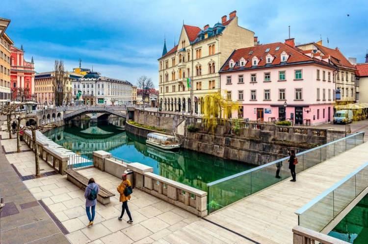 <p><em><strong>-Güney Orta Avrupa'da bulunan Slovenya'daKuzeydoğuda kış aylarında oldukça soğuk, karlı ve yağmurlu; yaz aylarında ise orta derecede sıcaklıkların görüldüğüAlpiklimi görülmektedir. Bu bölgedeAralıkveMartayları arasındakayak,tırmanma,yürüyüşvemacerasporlarıiçin geniş olanaklar sağlamaktadır. Yılın hemen hemen her zamanı özellikle Nisan ve Eylül ayları arasında dağ bölgeleri ziyaret etmek oldukça zevkli olmaktadır.</strong></em></p>  <p></p>