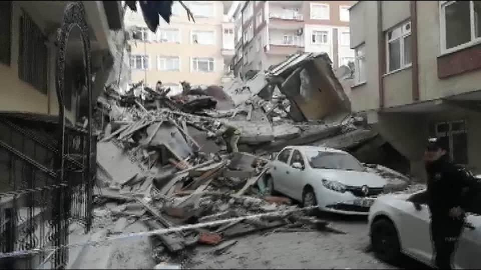 <p>Bahçelievler'de boş olduğu belirtilen bir bina çöktü. Olay yerine çok sayıda itfaiye ekibi sevk edildi. </p>