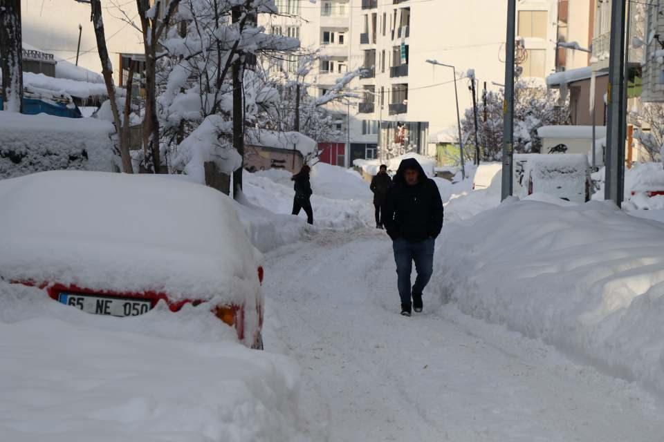 <p>Van'da, 2 gündür etkili olan yoğun kar yağışı, hayatı olumsuz etkiledi. 516 yerleşim yeri yolunun ulaşıma kapandığı kentte, kar kalınlığı 1 metreye yaklaştı.</p>