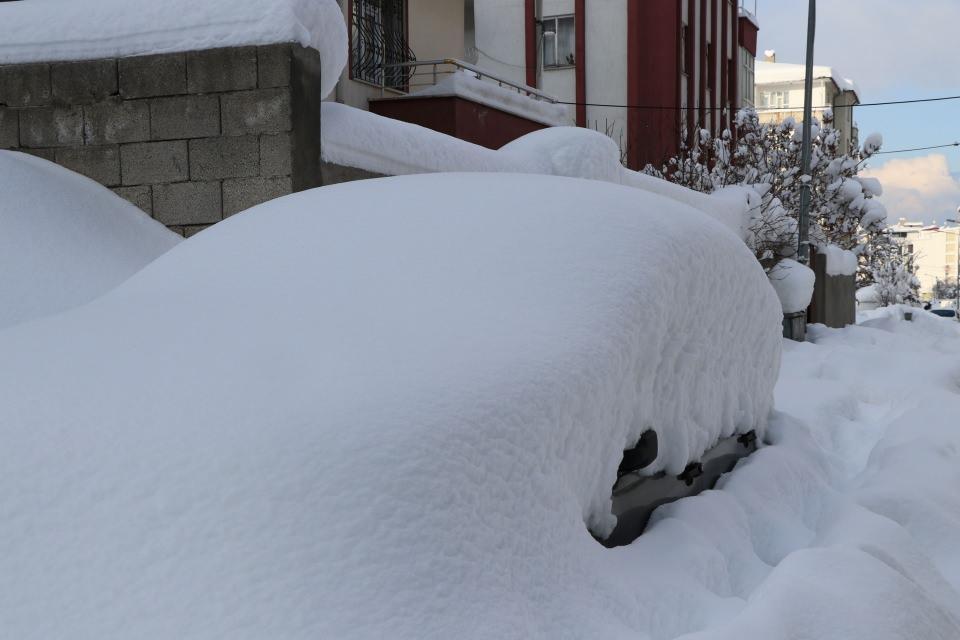 <p>Van ve çevre illerde yoğun kar yağışı etkili olurken, kar kalınlığı, 1 metreye yaklaştı. 260 mahalle ve 256 mezra yolu, kar nedeniyle ulaşıma kapandı.</p>  <p></p>