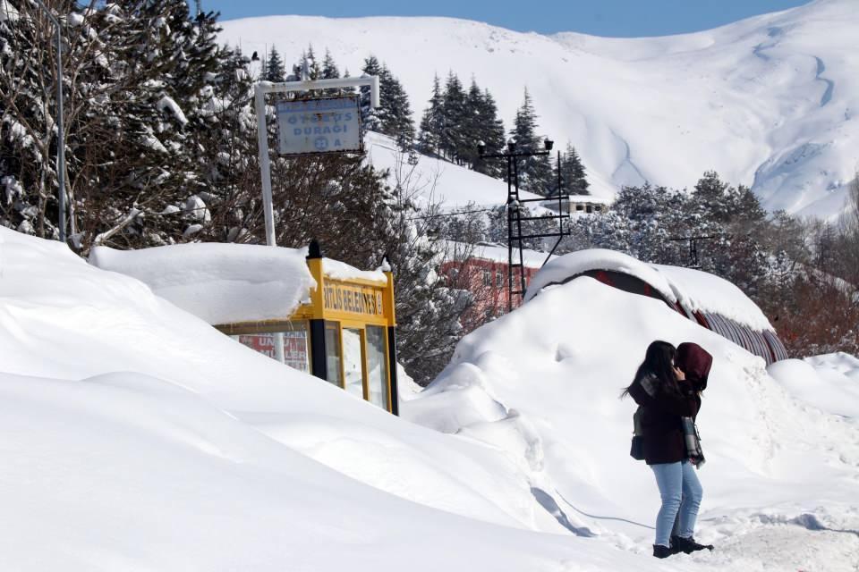 <p>Bitlis'te yaklaşık bir haftadır etkisini sürdüren kar yağışı sonucu kar altında kalan tek katlı evlere giriş çıkışlar adeta kardan tünellerden yapılıyor.</p>