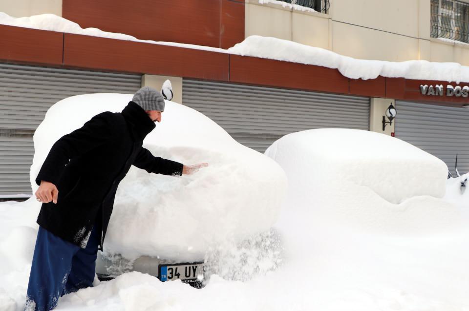 <p>Kar yağışı ve sis nedeniyle Van- Başkale yolundaki Güzeldere ve Kurubaş geçitleri ile Çaldıran- Doğubayazıt yolları, güvenlik gerekçesiyle zaman zaman trafiğe kapatılıyor.</p>