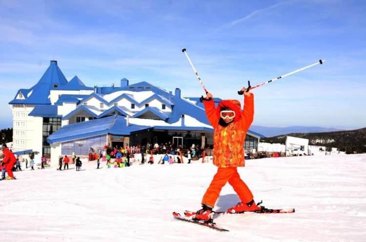 <p>Kış tatil sezonu başladı. Tatilcilerin rotaları, dağ otelleri ve kış turizmi açısından canlı olan yerler oluyor. Yurt içinde ve yurt dışında pek çok destinasyon kış severler için tatil tercihi. Tatil planlarını yapanların arasında muhafazakar aileler de bulunuyor. Özellikle alkolsüz ve aile otellerini tercih eden muhafazakar aileler için yurt içi ve yurt dışında tatil planı adına pek çok seçeneği bulunuyor.</p>  <p></p>