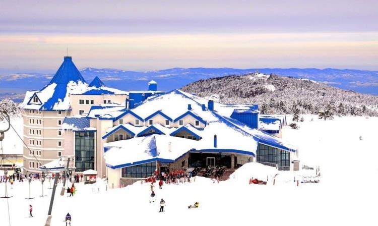 """<p>Dağın eteklerinde inşa edilenBof Uludağ Ski Resort, Uludağ'ın helal dostu otelleri arasında oldukça kaliteli hizmet veren bir tesis.2018 yılında QM Awards tarafından<strong><em>""""Türkiye'nin En İyi Kayak Oteli""""</em></strong>seçilen tesis, muhteşem dağ manzarasına sahiptir. İstanbul'a yakınlığı ile özellikle günübirlik dinlencelere imkan sağlayan bu yer, hem helal hem de kış tatili yapmak isteyenlerin en çok ziyaret ettiği yerlerin başında.</p>"""