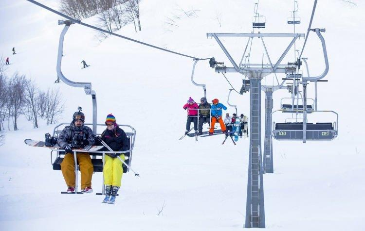 <p>Kayak tatili açısından Türkiye'nin hem uygun fiyatlı hem de keyifli yerlerinden biri de Kartepe. Kocaeli'nde bulunan Kartepe, Türkiye'nin en uygun helal özellikli kayak tesisi konumunda bulunuyor. İstanbul Havalimanı'ndan 1.5 saatlik karayolu seyahatiyle ulaşabileceğiniz bu yer sizlere muhteşem bir tatil vaadediyor.</p>