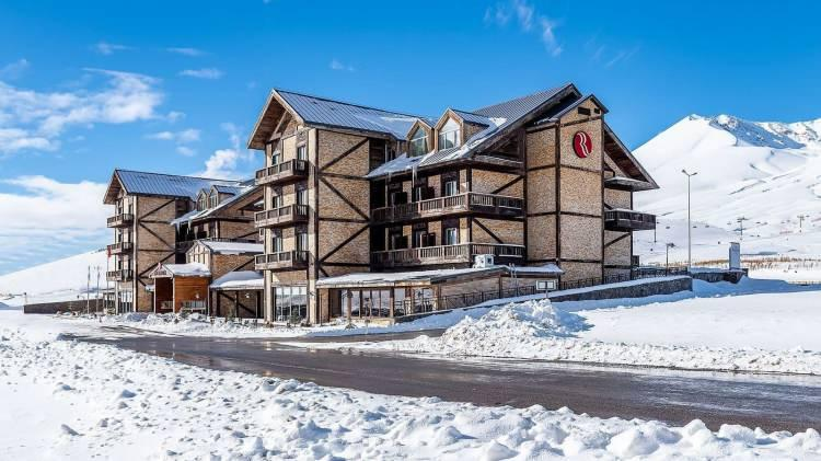 <p>Türkiye'de kayak denilince akla gelen bir diğer yer de Kayseri. Erciyes Dağı'nın eteklerinde bulunan Ramada Resort Erciyes, burada helal olarak hizmet veren otel konumunda bulunuyor. Gerek tesis imkanları, gerek hizmeti ile Türkiye'nin en güzel kayak merkezlerinden olan bu yer, kış tatili için en güzel seçenklerinizden birisi olabilir.</p>