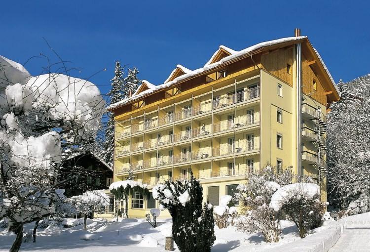 <p><strong>-İsviçre'de Helal Tatil</strong></p>  <p>Kayak denilince akla ilk gelen uluslararası destinasyonların başında İsviçre geliyor. Geleneksel olarak, Alp Dağlarındaki kayak merkezleri pek helal dostu olmayabiliyor, ancak helal yemeklerin sunulduğu, alkolsüz alanların bulunduğu ve tüm gün kayak yaptıktan sonra bayanlara özel spa ve kapalı havuzlarında Müslüman ailelerin dinlenebileceği mükemmel kayak otellerini sizler için derledik.</p>