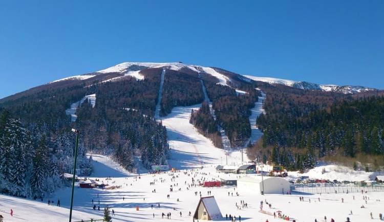 """<p><span style=""""color:rgb(178, 34, 34)"""">-Bosna Hersek'te Helal Tatil</span></p>  <p>Bosna Hersek'in başkenti Saraybosna'dan bir saatlik sürüş mesafesinde iki kayak merkezi vardır. İlki sadece 28 km uzaklıktaki Jahorina kayak merkezidir. İkincisi ise Bosna'nın en büyük kayak alanı olan ve etkileyici Bjelasnica dağında bulunan Babin Do'dur.</p>  <p></p>"""