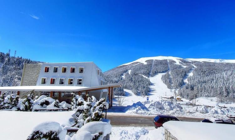 <p>Burası kayak ile şehir gezisini bir arada yapabileceğiniz ya da helal yiyecek ve bayanlara özel dinlence fırsatları ile alkolsüz bir otelde konaklayarak samimi ve dinlendirici bir atmosferin tadını çıkarabileceğiniz harika bir yerdir.Pino Nature HotelveHotel Han BjelasnicaBosna'daki helal dostu olan popüler kayak otellerindendir.</p>
