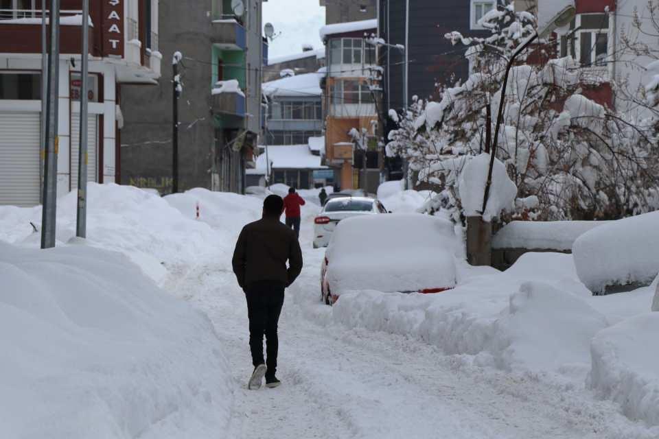 <p>Vali ve Büyükşehir Belediye Başkan Vekili Mehmet Emin Bilmez, Van'da son 26 yılın kar kalınlığı rekorunun kırıldığını söyledi.</p>