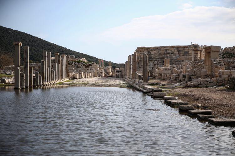 <p>Geçen yıl antik kenti 300 bin kişinin ziyaret ettiğine işaret eden Işık, bu kararla rakamın 2020'de 1 milyonu bulmasını beklediklerini dile getirdi.</p>