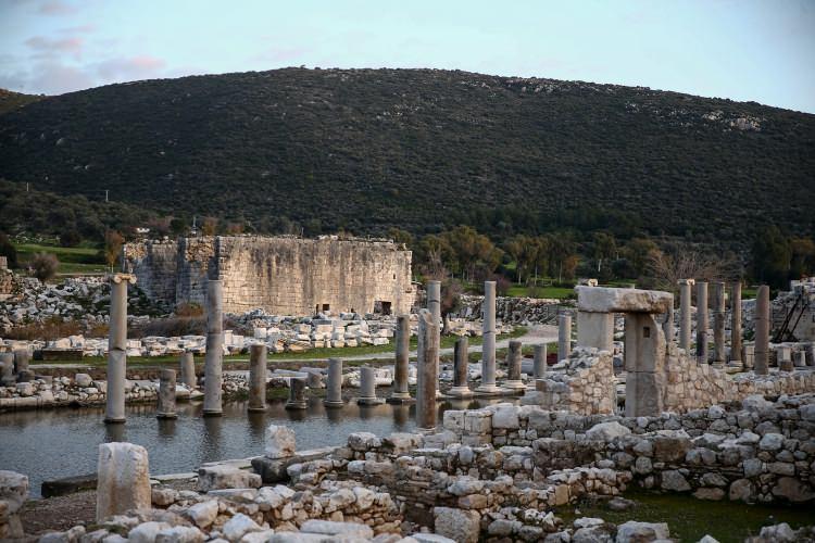 <p>M.Ö. 1. yüzyılın ortalarında 23 kentten oluşan Likya Birliği'nin, Teke Yarımadasında Fethiye'den Antalya'ya uzanan bölgede egemenlik alanının bulunduğunu ifade eden Işık,Likyalıların Anadolu'da kendine özgü bir kültürünün olduğunu kaydetti.</p>