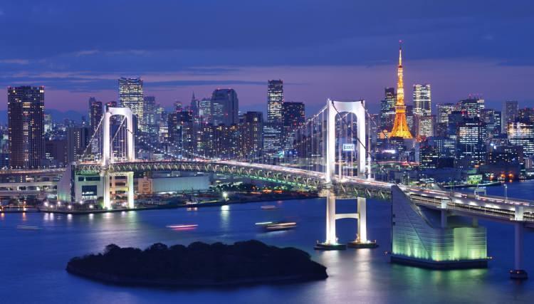 <p>23- TOKYO / JAPONYA</p>  <p>Geleneğin ve popüler kültürün iç içe geçtiği Tokyo'da, antik tapınaklarda ölçülü bir şekilde gezindikten sonra bir karaoke barda rock müzik yapabilirsiniz. Toyosu Pazarı'ndaki canlı balık haline gitmek için gün doğmadan kalkın, daha sonra Sumida Nehri kıyısı boyunca sıralanan kiraz ağaçlarının altında yürüyerek dinçleşin. Muhteşem İmparatorluk Sarayı Doğu Bahçeleri'nde biraz vakit geçirin, ardından Edo-Tokyo Müzesi'nde Japon tarihiyle ilgili bilgilerinizi tazeleyin. Midenizin alabildiği kadar sushi, udon eriştesi ve wagashi (Japon tatlısı) yemeyi de ihmal etmeyin.</p>