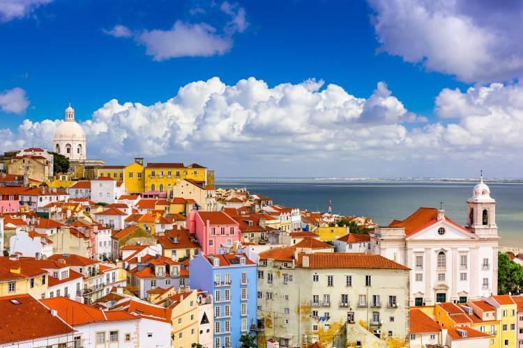 <p>22- LİZBON / PORTEKİZ</p>  <p>Lizbon'un müzelerinde Portekiz başkentinin zengin tarihi ve kültürü yatmaktadır. Denizcilik Müzesi denizcilikle ilgili her şeye bayılan çocuklar için (ve büyükler için de!) mükemmel bir yerdir; Casa-Museu Dr. Anastácio Gonçalves ise pırıltılı sanat çalışmalarıyla dolu saklı bir mücevherdir. Şehrin etkileyici taş mimarisini gerçekten takdir edebilmek için rehberli bir yürüme turuna katılabilir veya kendiniz dolaşabilirsiniz; ancak Padrao dos Descobrimentos'u, Mosteiro dos Jeronimos'u ve UNESCO Dünya Mirası listesindeki Torre de Belem'i mutlaka ziyaret etmelisiniz.</p>