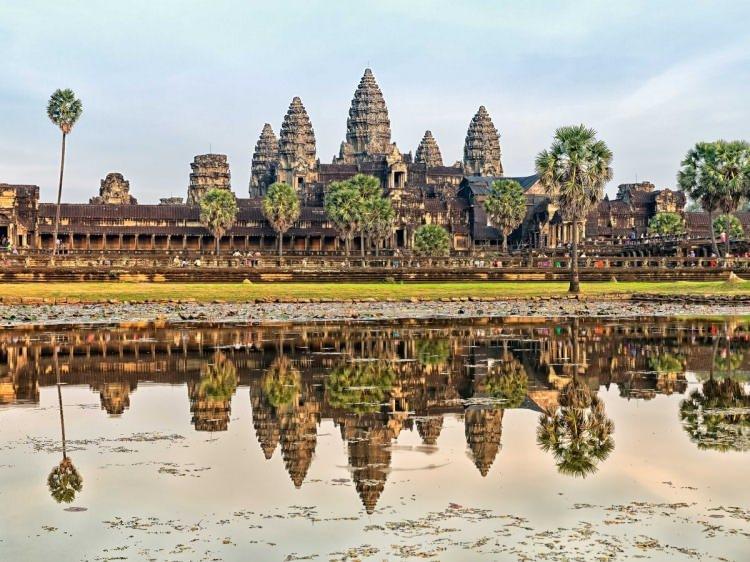 <p>20- SIEM REAP / KAMBOÇYA</p>  <p>Sabahın ışıkları Angkor Vat'ın devasa tapınaklarını ve harabelerini aydınlatmaya başlarken Siem Reap'ta basit bir gün doğuşu, çok büyük bir olay halini alır. Bu antik yapılar, dünyanın en büyük dini komplekslerinden birinin içinde bulunmaktadır. Bu kompleks ile 12. yüzyıldan kalma Angkor Thom kraliyet şehri, Siem Reap'ı ziyaret etmenin başlıca iki nedeni sayılır. Kamboçya Kültür Köyü'nde ulusal tarihle ilgili bilgi edinin; yiyecek tezgahları, yemek satıcıları ve barlarla tıka basa dolu olan Angkor Gece Pazarı'nda ise pazarlık etmeyi öğrenin.</p>
