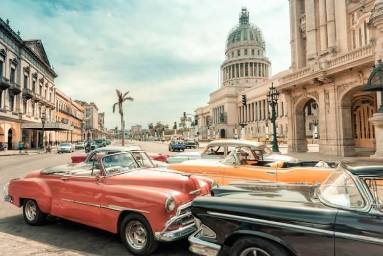 <p>19- KÜBA</p>  <p>Küba, 766 mil uzunluğundaki Küba adası, Isla de la Juventud ve yaklaşık 4200 takımada ve adacıktan meydana gelir. Meksika Körfezi'nin ağzında tüneyen ada, Florida'dan yalnızca 110 mil uzaklıktadır. Rengarenk gece hayatı, kültürü ve güzel mimarisiyle renkli başkent Havana, ülkenin kalbinde yer alır. Karayiplerin en büyük şehrinin dışında, aynı geniş yol üzerinde binlerce şirin plaj ve Varadero tatil yerindeki hayatın yanı sıra eski başkent Santiago de Cuba uzanır.</p>