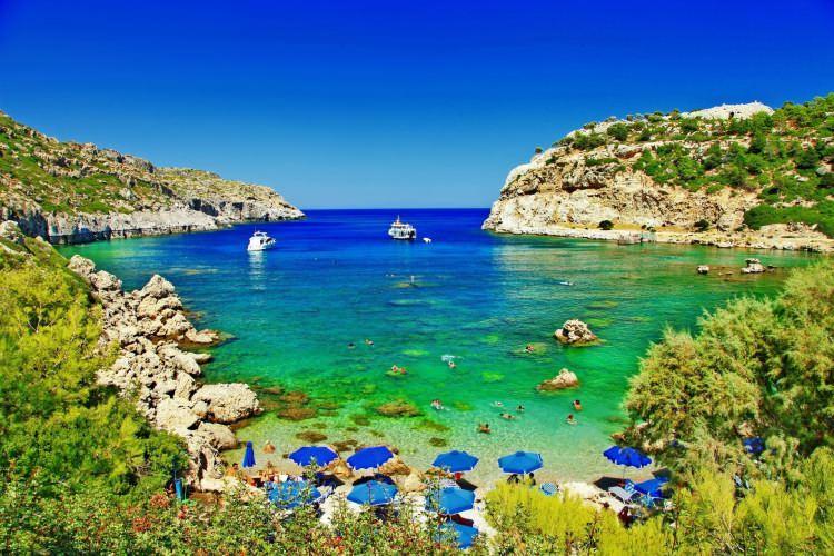 <p>18- RODOS / YUNANİSTAN</p>  <p>Ege Denizi'nin doğu kıyısında bulunan ve 12 Adalar'ın en büyüğü olan Rodos aynı zamanda da en popüler adadır. Çok iyi korunmuş ortaçağ şehri olan Rodos, aynı adı taşıyan adanın kuzeyinde bulunmaktadır. Kuzey ve doğu sahillerinde çeşitli oteller bulunmaktadır. Küçük köyler ve tatil yerleri, adanın diğer kıyılarını süslemektedir. İster plaj, ister bar ister tarihi mekan peşinde olun Rodos hepsini size bol bol sunacaktır. 50 mil uzunluğundaki adanın tepelik iç kesimlerinde Otantik Yunan esintileri bulunabilir.</p>