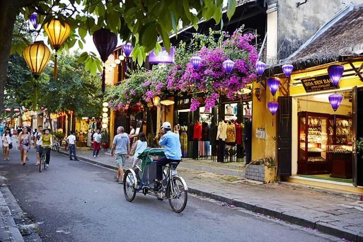 <p>17- HOI AN / VİETNAM</p>  <p>Orta Vietnam kıyısındaki bu şehir, 15 - 19. yüzyıllardaki önemli Güney Asya ticaret limanı konumunun iyi korunmuş örneklerinden biridir. Sırt çantalı gezginler arasında zaten popüler olan bölge, turistlerce de daha fazla tanınmaya başlamıştır. Her ayın 14. gününde, şehrin elektrik ışıkları kapatılarak geleneksel renkli fenerler yakılmaktadır. Japon Kapalı Köprüsü ve Quan Cong Tapınağı, görülecek yerlerdendir. Şehrin uzman terzilerine ısmarlama kıyafetler diktirin.</p>