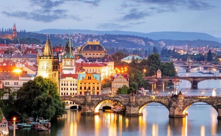 <p>16- PRAG / ÇEKYA</p>  <p>Prag'ın bohem büyüsü ve masalsı özellikleri onu plajlardan yorulmuş ve kendilerini kültüre vermek isteyen tatilciler için mükemmel bir mekan haline getirmektedir. Tüm günü Prazsky hrad'ı (Prag Kalesi) keşfe ayırabilirsiniz, sonra ise klasik bir Çek tavernasında sağlam bir yemek yiyebilirsiniz. Eski Şehir Binasına ve Astronomik Saat'e hayranlıkla baka kalmadan önce biraz vakit ayırarak Eski Şehir Meydanı'nda dolaşın. Prag'ın en iyi barları bodrum katlarındadır, buralardaki tarihi pub'lar geleneksel bir tumba gecesi için muhteşem bir mekan oluşturur.</p>