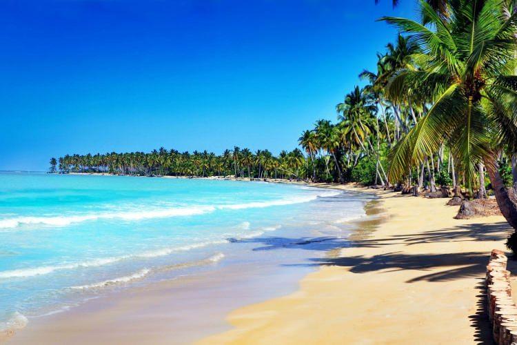 <p>13- DOMİNİK CUMHURİYETİ</p>  <p>Dominik Cumhuriyeti, Küba ve Puerto Rico ile aynı sulardadır; doğu tarafında, Haiti ile paylaştığı adanın üçte ikisini kaplar. Mağaralarla, Viktorya tarzı zencefilli ekmek imalathaneleriyle dolu yemyeşil iç bölge, aynı zamanda eski korsanların yatağı, 1500 km'lik sahiliyle adadaki en önemli unsurlar arasında Isabel de Torres Dağına teleferik gezisi ve muhteşem Saona Adası'nda güneş banyosu sayılabilir. Havasının muhteşemliği, çok ekonomik ve turist dostu bir yer olduğunu söylemiş miydik?</p>